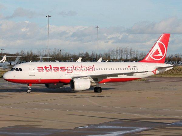 В летевший из Стамбула в Тбилиси авиалайнер ударила молния