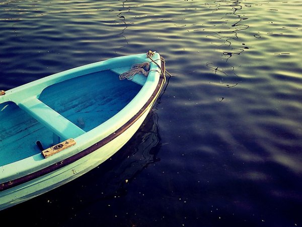 Трагедия на Ладожском озере: пропавших подростков ищут вертолеты МЧС и водолазы