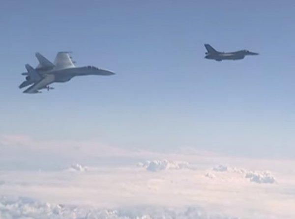 "На YouTube попало ВИДЕО с Су-27, который ""отогнал"" истребитель НАТО от самолета Шойгу"