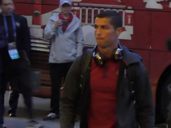 Криштиану Роналду обнял фанат, прорвавший оцепление
