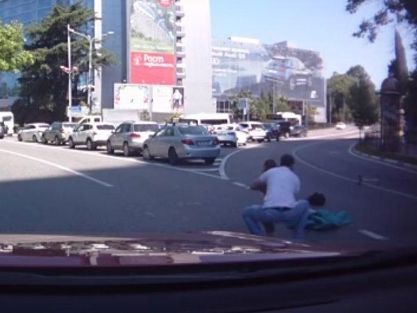 В Сочи на ВИДЕО попало, как из багажника машины выпали два ребенка