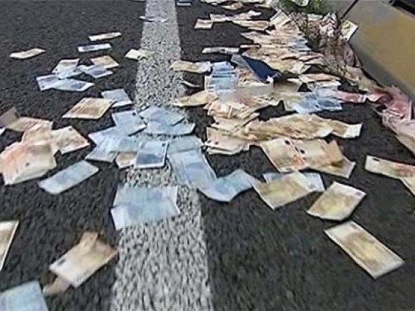 В Питере мотоциклист растерял на дороге 12 млн рублей (ВИДЕО)