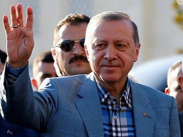 Эрдоган упал в обморок во время утренней молитвы в мечети На Ураза Байрам