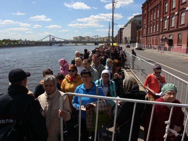 Очередь к мощам Николая Чудотворца в Москве онлайн: 27 июня время ожидания составляет 6,5 часов