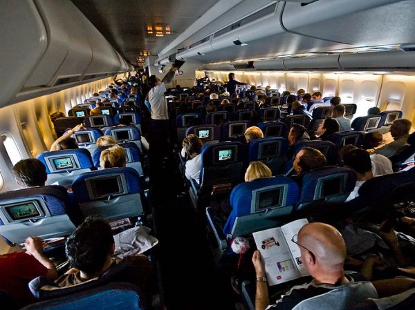 Пассажир самолета Москва-Владивосток оставил в салоне 2 млн рублей
