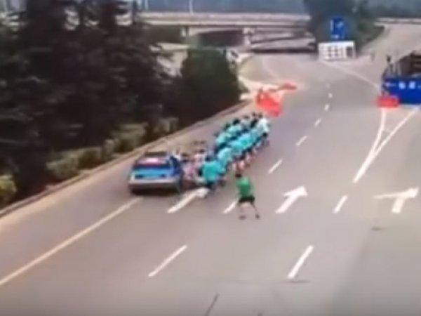 YouTube ВИДЕО: в Китае женщина за рулем такси протаранила колонну бегунов