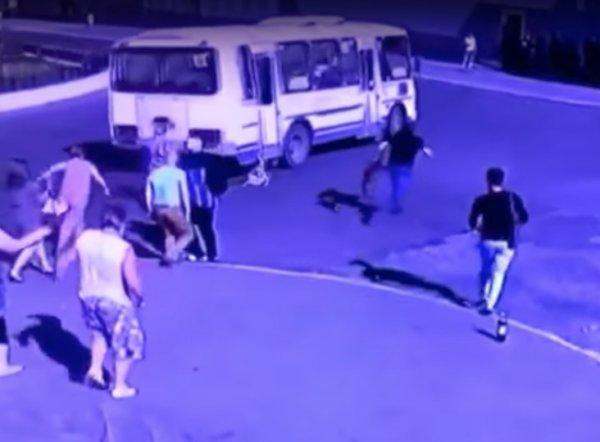 В Норильске автобус протащил по дороге застрявшую в двери 4-летнюю девочку