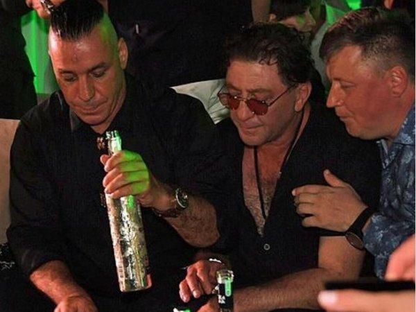 Грустный солист Rammstein, пьющий водку с Лепсом и Газмановым, попросил о помощи (ФОТО, ВИДЕО)