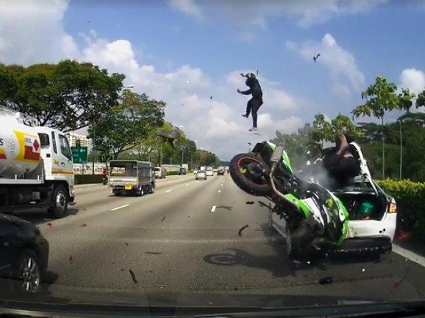 Мотоциклист взлетел в воздух после столкновения с автомобилем (ВИДЕО)