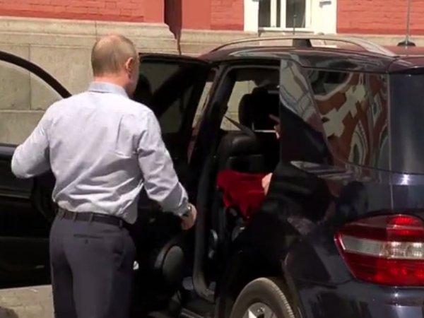"""Загадочный """"спутник или спутница"""" в машине Путина на Валааме поставил в тупик СМИ (ВИДЕО)"""