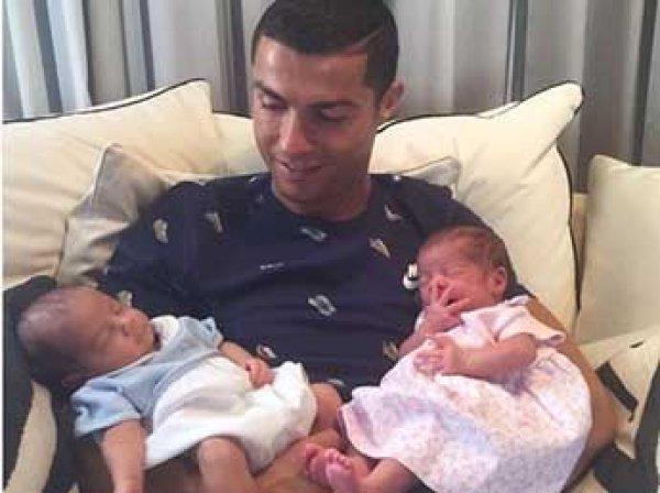 Сеть взорвало ФОТО Криштиану Роналду со всеми тремя его детьми
