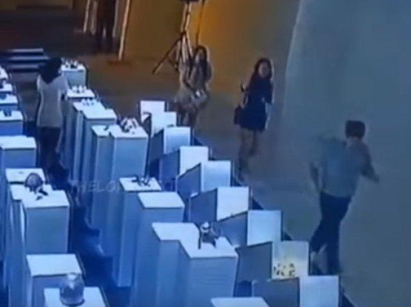 В США любительница селфи разбила экспонаты галереи на  тысяч