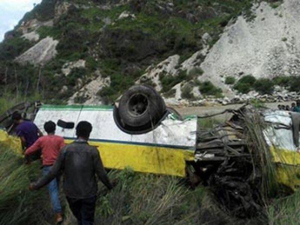 В Индии автобус с паломниками сорвался в ущелье: минимум 20 погибших