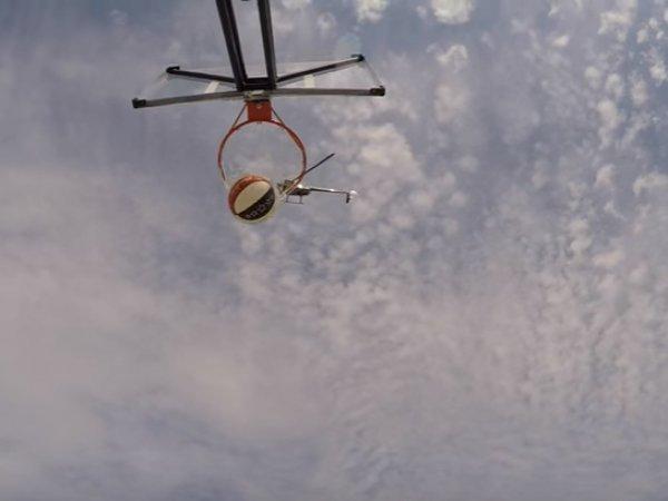 Баскетболист восхитил YouTube видео, где он попадает мячом в корзину с вертолета