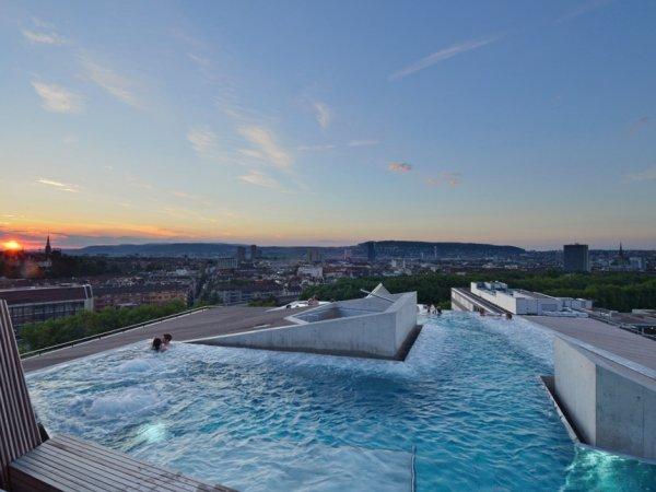 Отель в Швейцарии потребовал от евреев дважды принимать душ