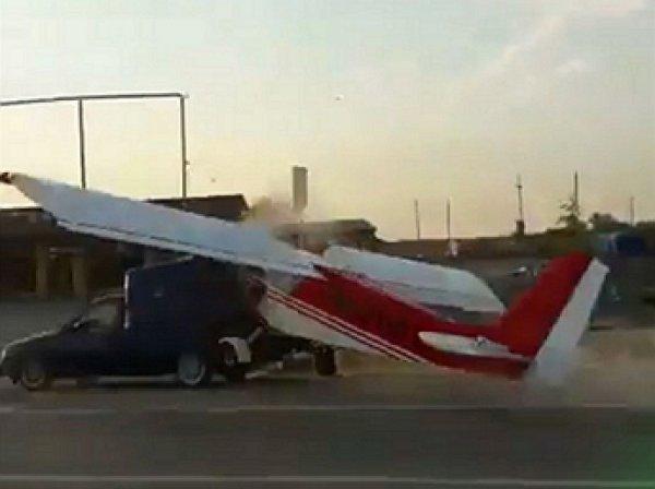 В Чечне самолет протаранил автомобиль на трассе