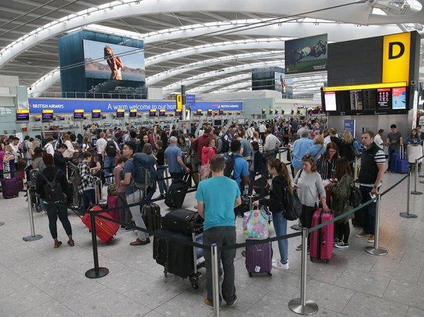 """""""Это было просто безумие"""": туристы жалуются на многочасовые очереди в аэропортах Европы"""