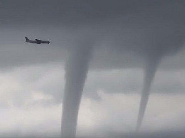 На YouTube появилось видео, как в Сочи самолет приземлился среди нескольких торнадо