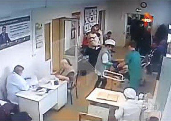В Подмосковье жертва ДТП умерла после того, как ее уронили врачи с каталки
