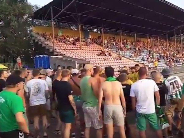 Украинские футбольные фанаты устроили драку в Мариуполе из-за российского флага