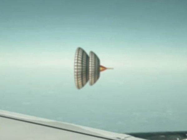 На YouTube появилось ВИДЕО с НЛО в форме юлы, снятое пассажирами самолета