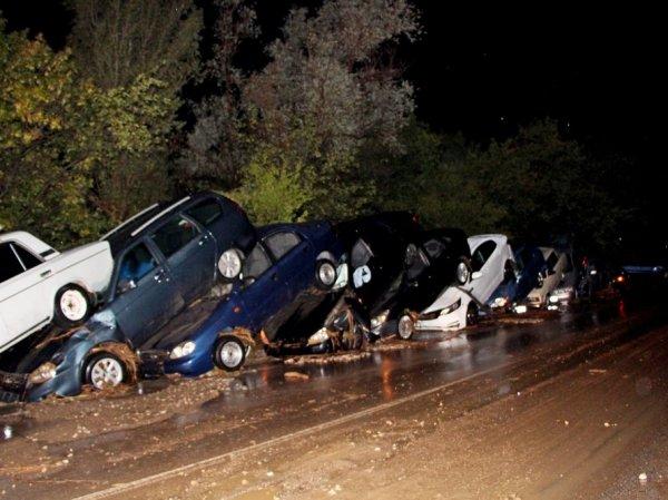 Наводнение в Крыму сейчас: с трассы смыло 15 автомобилей (ФОТО, ВИДЕО)