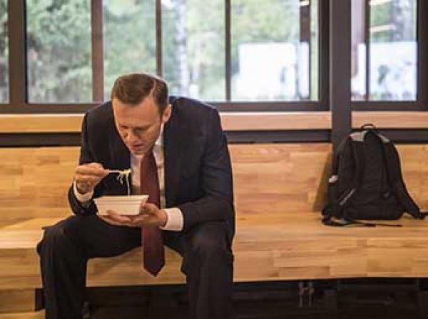 """Поедающий """"Доширак"""" Навальный стал мемом в соцсетях (ФОТО)"""