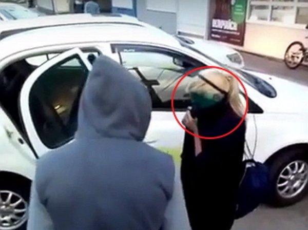 «Чтоб видно Вас было, солдатиков»: хабаровские таксисты умыли пассажиров-зайцев зеленкой