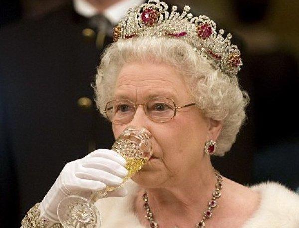 """""""Хоть что-то я делаю правильно"""": алкогольные привычки королевы Елизаветы II развеселили Сеть"""
