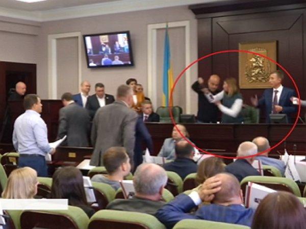 Депутат Рады сломал челюсть коллеге прямо на заседании (ВИДЕО)