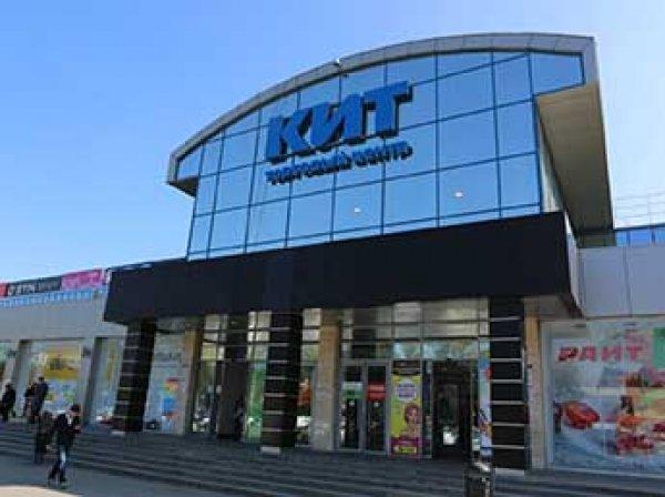 В Екатеринбурге 13 человек с битами напали на торговый центр и украли гаджеты