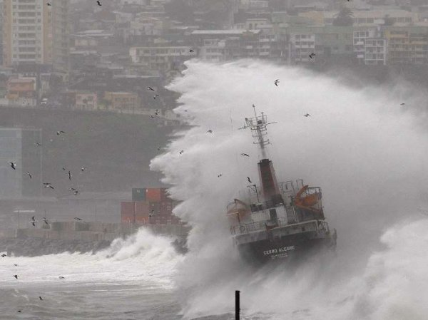 9-метровые волны, обрушившиеся на Гавану, попали на ВИДЕО