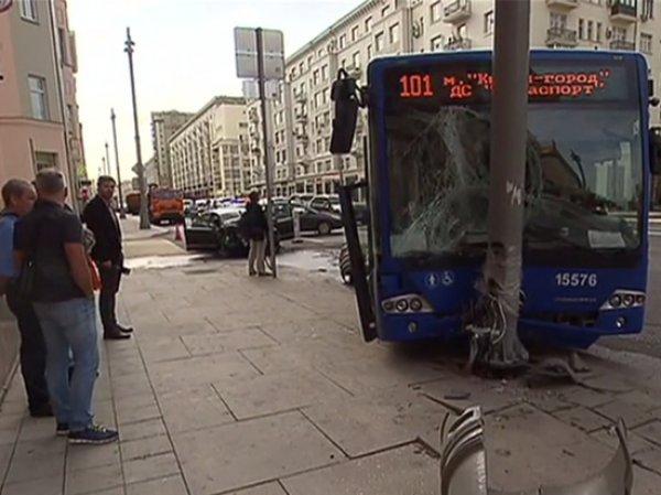 В Москве автобус протаранил столб: один человек погиб, пятеро пострадали (ВИДЕО)