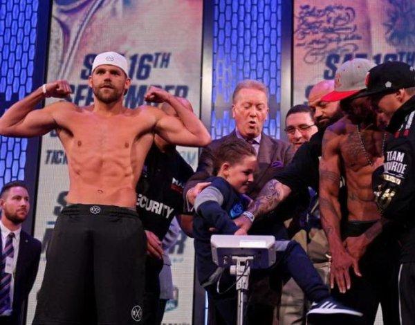 #БудущийЧемпион: сын боксера Сондерса ударил в пах соперника отца (ВИДЕО)