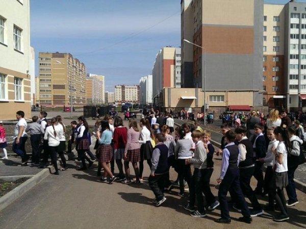 Из восьми школ Москвы эвакуировали около 9 тысяч человек после звонка о минировании