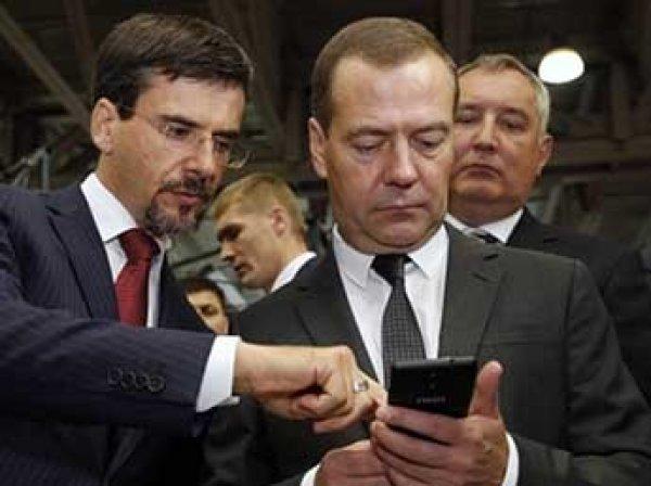 """Медведеву на выставке """"Импортозамещение"""" подарили российский телефон, который """"не отключат"""""""