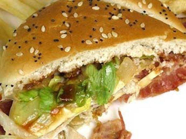Евреи и мусульмане в США судятся с сетью ресторанов KFC из-за свинины в сэндвичах