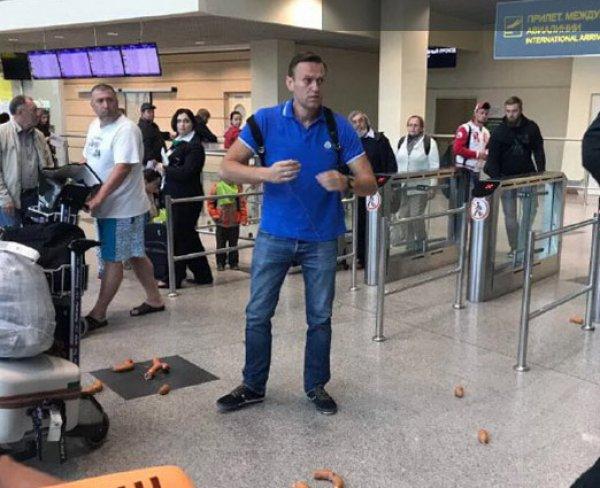 Видео, как на Навального в аэропорту надели сардельки, попало в Сеть