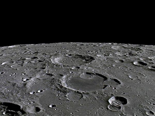 "На ""темной стороне"" Луны уфологи разглядели обломки НЛО"