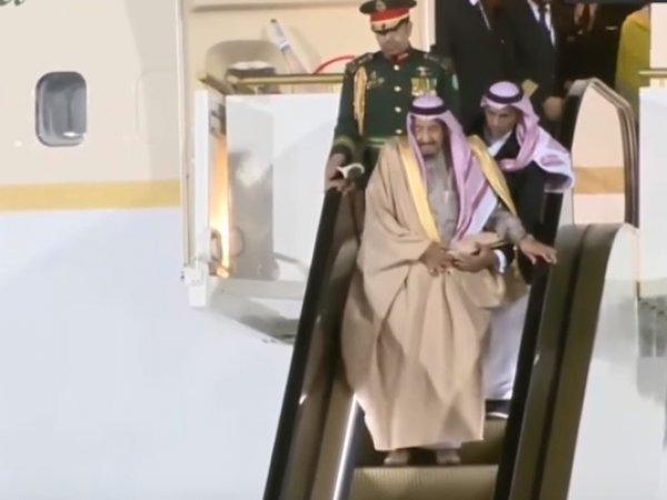 В Москве у короля Саудовской Аравии при выходе из самолета сломался трап-эскалатор