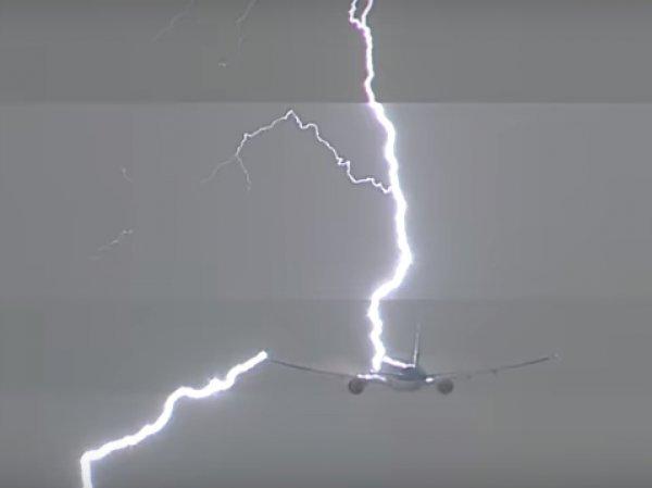 Удар молнии в самолет, летевший из Амстердама в Лиму, попал на видео