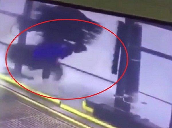 YouTube напугало ВИДЕО, как работника автомойки намотало на щётку