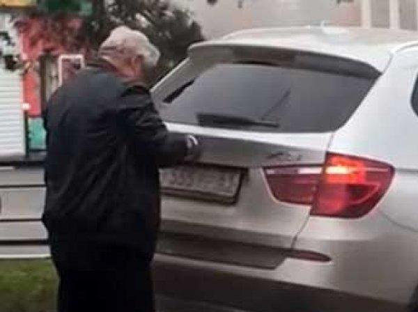 В Сеть попало видео, как ростовский судья после пьяного ДТП меняет номера машины