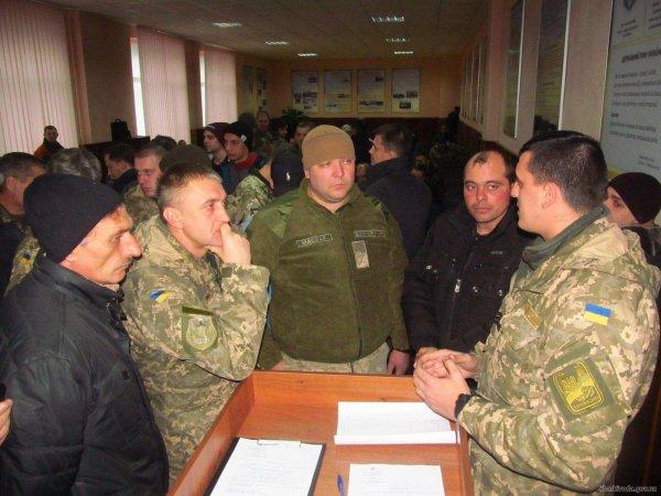 Украинцев обязали являться в военкомат перед свадьбой