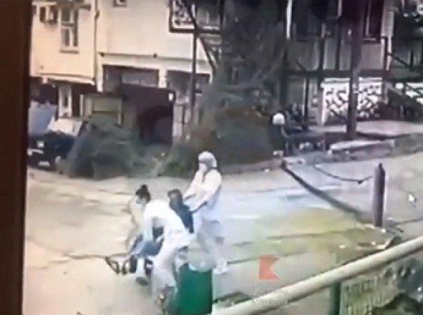 Медсестры выбросили лежачего пациента у гаражей