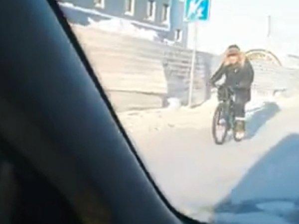 """""""Зато точно не заглохнет"""": сибиряк на велосипеде в 40-градусный мороз восхитил соцсети"""