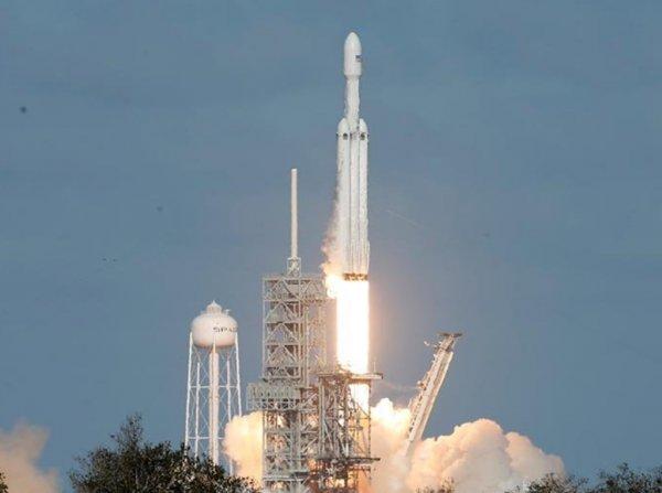 SpaceX Илона Маска впервые запустила ракету Falcon Heavy с Tesla на борту