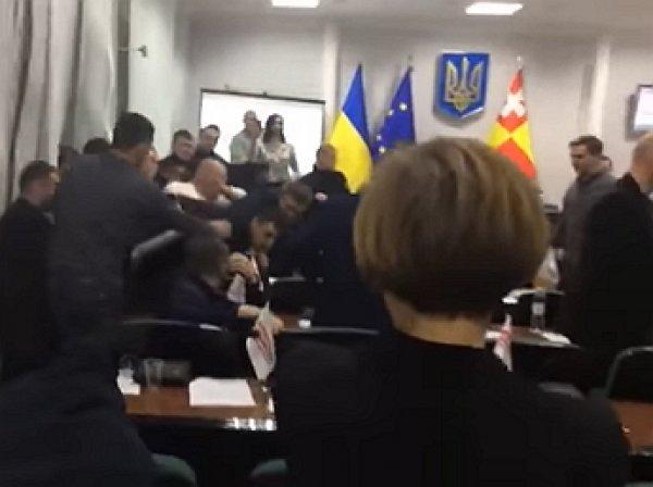 Видео мордобоя украинских депутатов под флагом ЕС рассмешило YouTube