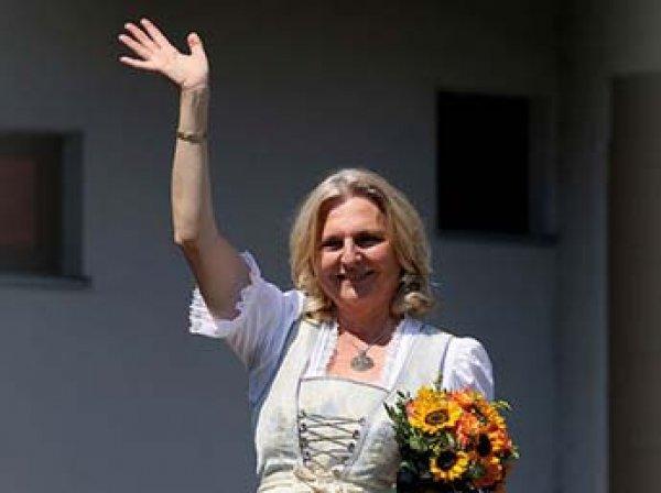 Танцевавшая на свадьбе с Путиным глава МИД Австрии упала в обморок на Европейском форуме