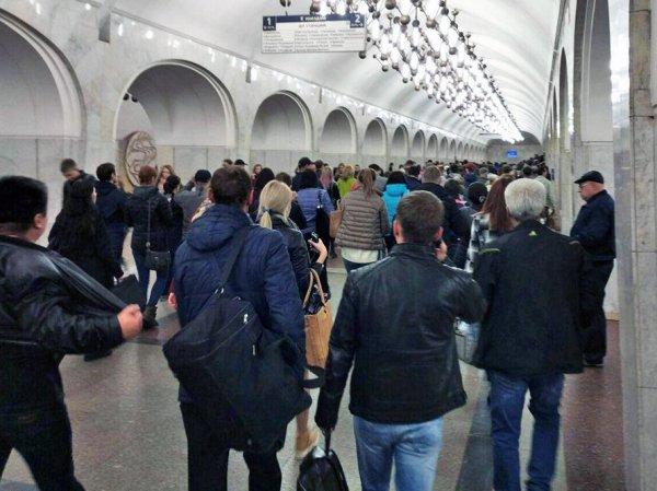 """На Замоскворецкой линии метро Москвы произошел сбой: на """"зеленой"""" ветке встали поезда"""